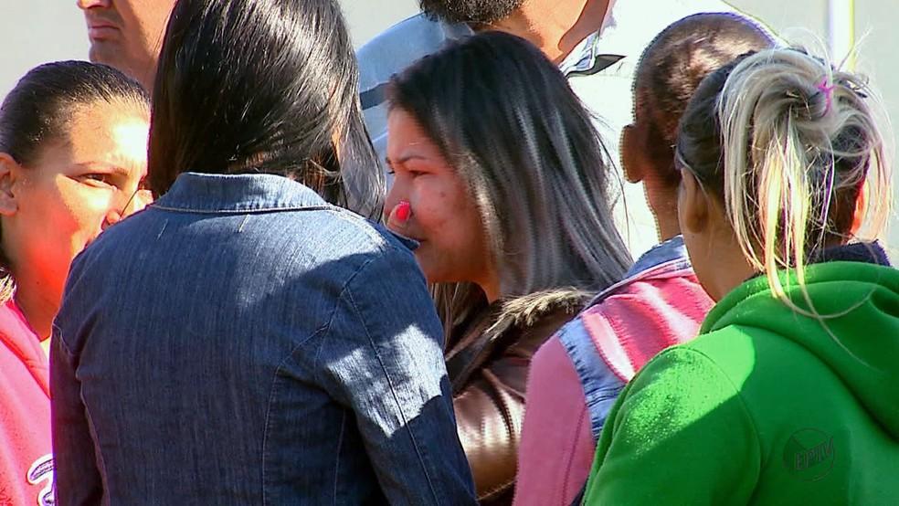 Mãe da menina ao centro amparada por familiares (Foto: Paulo Chiari/EPTV)