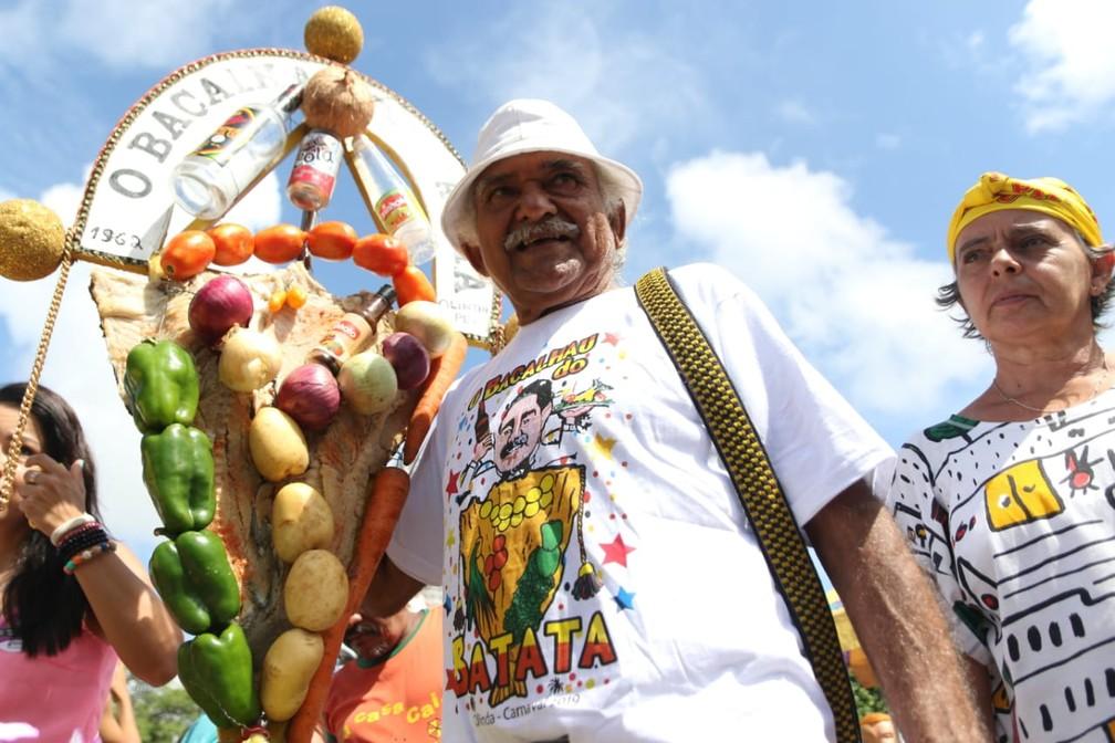Estandarte tradicional do Bacalhau do Batata é feito artesanalmente por Antônio Lucena no dia do desfile em Olinda, na Quarta de Cinzas (6) — Foto: Aldo Carneiro/Pernambuco Press