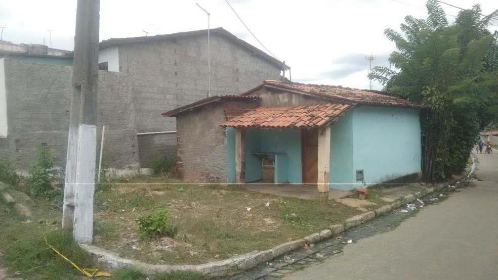 Vítimas estavam na frente desta casa quando aconteceu a chacina em Nísia Floresta, RN (Foto: Julianne Barreto/Inter TV Cabugi)