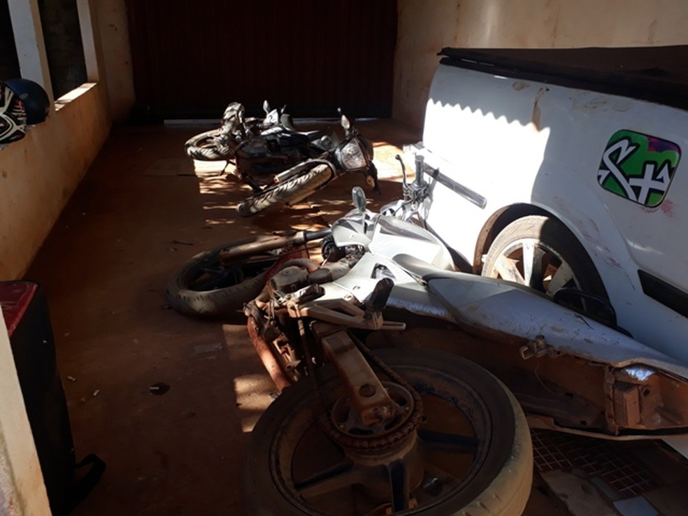 Motos que estavam estacionadas na garagem foram atingidas pelo carro do suspeito (Foto: WhatsApp / reprodução )