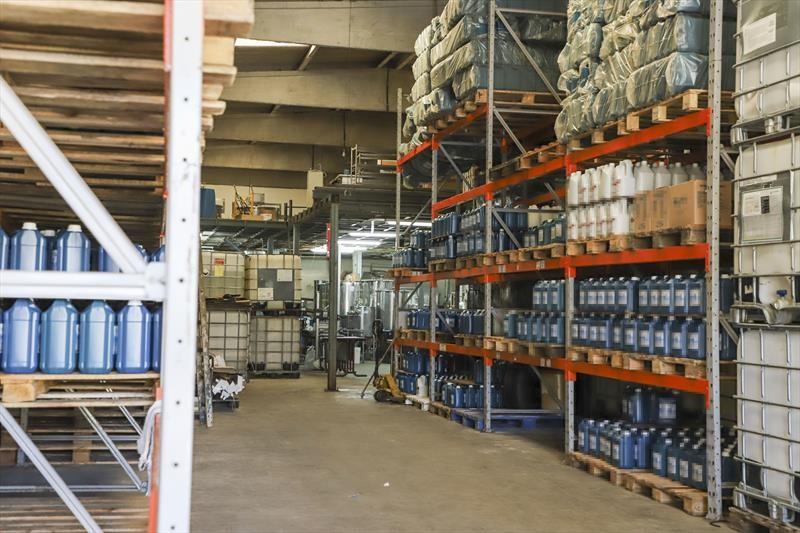 Fábrica irregular de álcool gel é interditada, em Curitiba