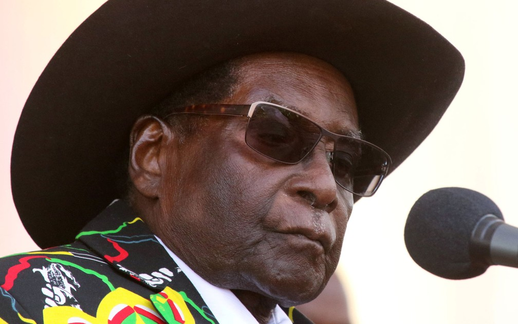O presidente do Zimbábue, Robert Mugabe, participa de comício em Chinhoyi — Foto: Philimon Bulawayo / Reuters