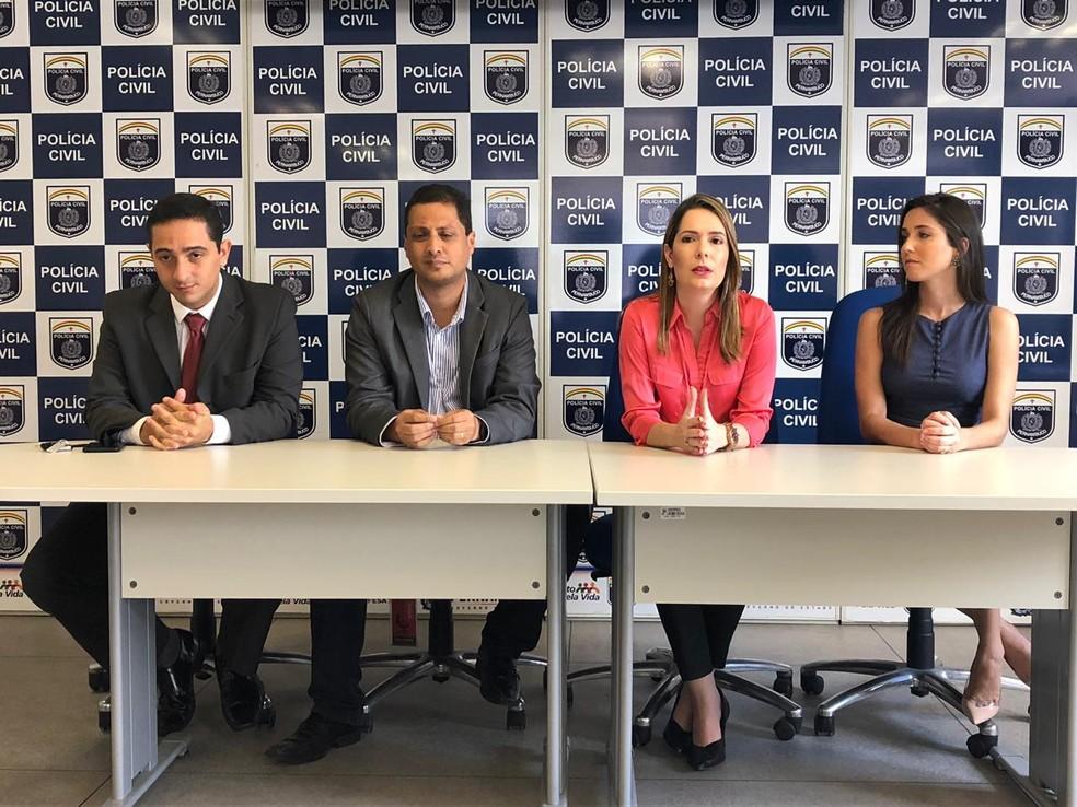 Detenções foram divulgas em coletiva da Polícia Civil no Recife, com o perito criminal Diego Costa, o delegado Paulo Gondim, a delegada Patrícia Domingos e a perita criminal Camilla Brayner — Foto: Marina Meireles/G1