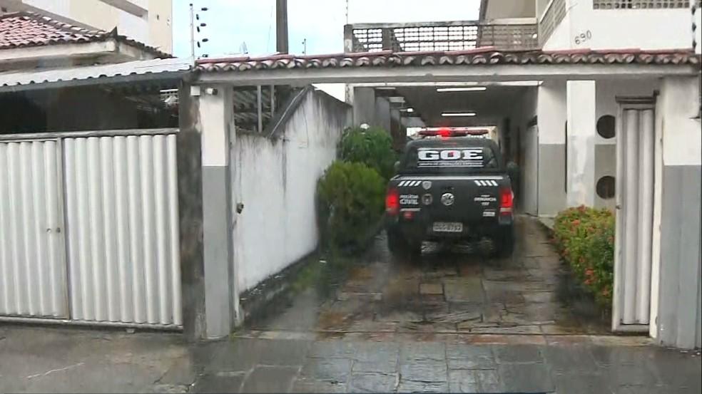Homem preso foi encaminhado para sede do GOE, em João Pessoa — Foto: Reprodução/TV Cabo Branco