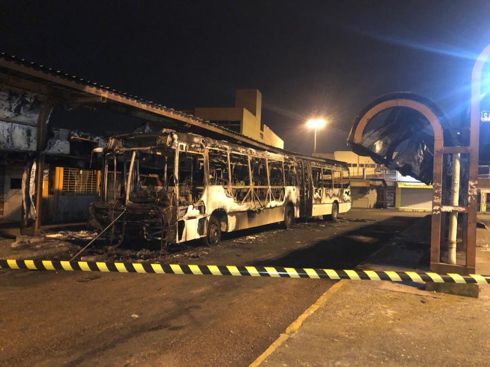 Fogo atingiu o ônibus e terminal Mathias Velho. — Foto: Matheus Felipe/RBS TV