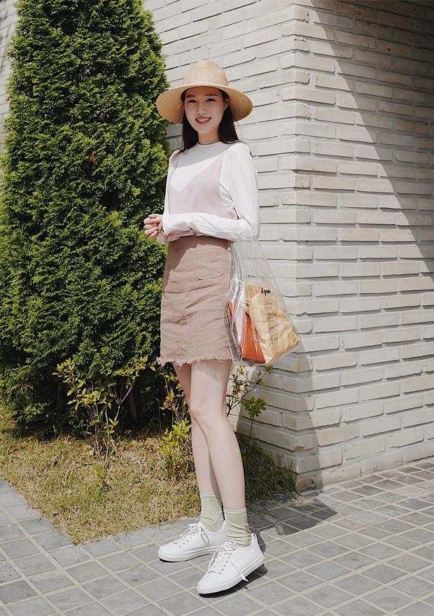A combinação de camiseta + vestido é uma tradição coreana (Foto: Instagram / Yuna Lee)