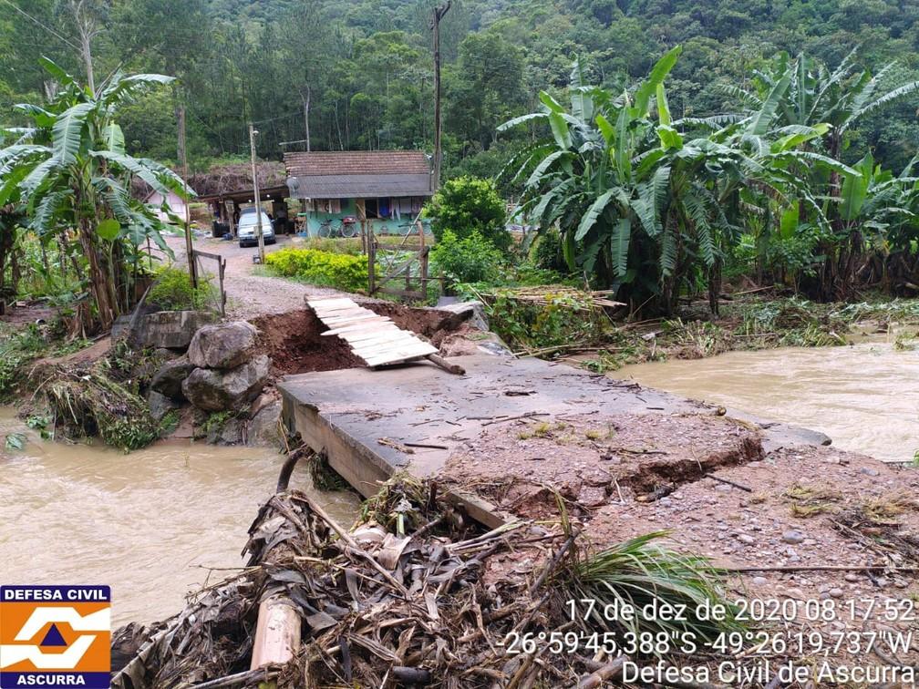 Defesa Civil de Ascurra, região do vale de SC, também atendeu ocorrências do temporal durante a quinta-feira (17) — Foto: Defesa Civil/Divulgação