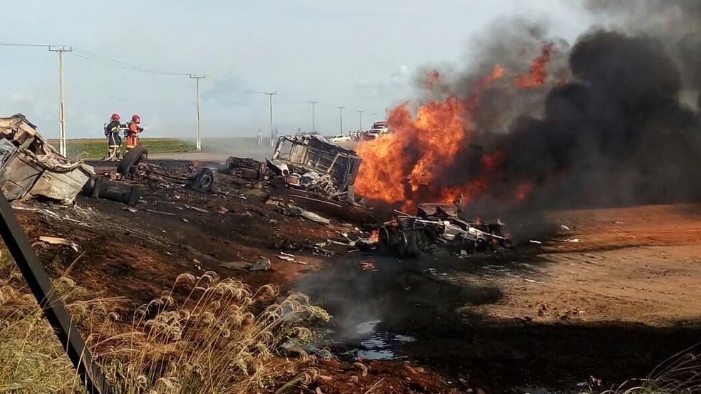 Os dois veículos bateram de frente e o caminhão-tanque, que estava carregado com óleo diesel, explodiu (Foto: MT Notícias)