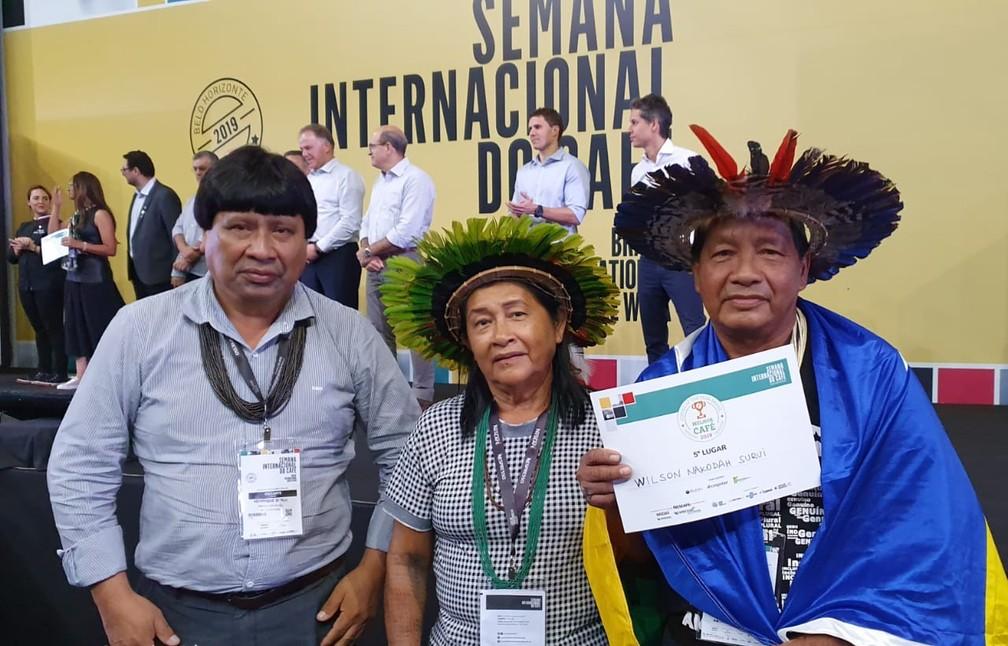 """Wilson Nakodah Surui posa junto com a família após a premiação do """"Coffee of the Year 2019"""".  — Foto: Renata Silva/Embrapa-RO"""