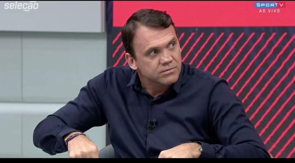 Petkovic, ao ouvir o comentário de Eric Faria — Foto: reprodução