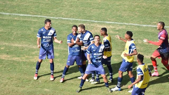 Jeffinho comemora o gol que deu a classificação para o Taubaté
