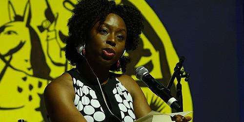 A escritora nigeriana Chimamanda Ngozi Adichie, fala sobre 'Guerra e Paz' em debate com o escritor angolano Pepetela na Tenda dos Autores. Foto Michel Filho
