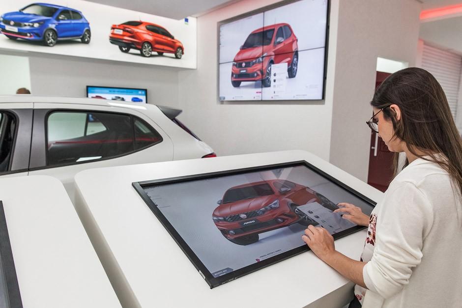 Visitante pode configurar modelos pela tela interativa (Foto: Fiat)