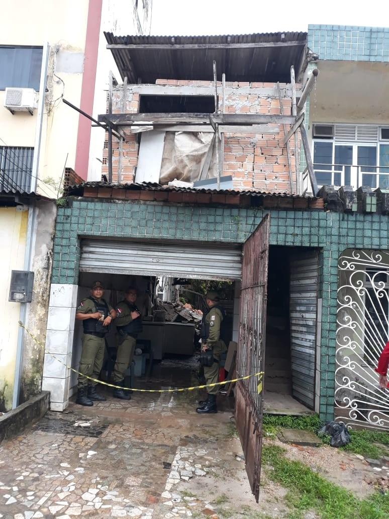 Casa desaba no bairro da Pedreira, em Belém