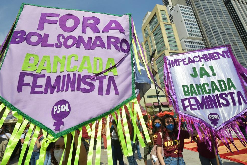 Manifestantes levam cartazes pedindo o impeachment do presidente Jair Bolsonaro em ato no Vale do Anhangabaú, em São Paulo, nesta terça-feira (7) — Foto: NELSON ALMEIDA / AFP
