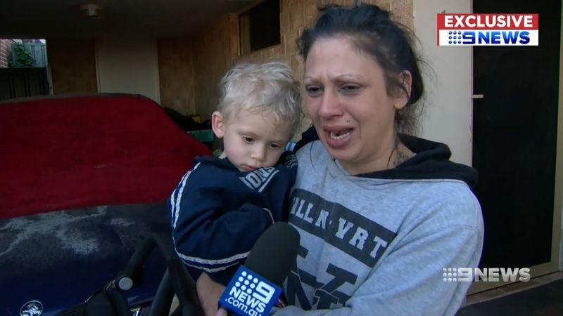 A mãe se emocionou quando os policiais entregaram seu filho, depois de duas horas (Foto: Reprodução/ Youtube)