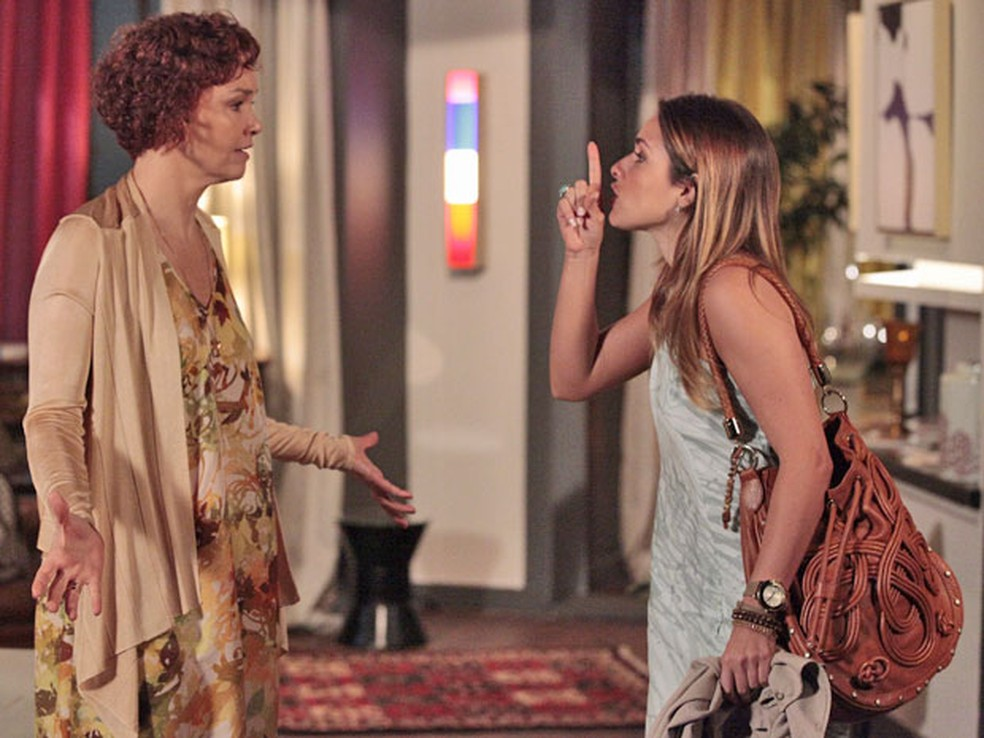 Beatriz descobre esconderijo de Esther: 'Acabou a brincadeira' — Foto: Globo