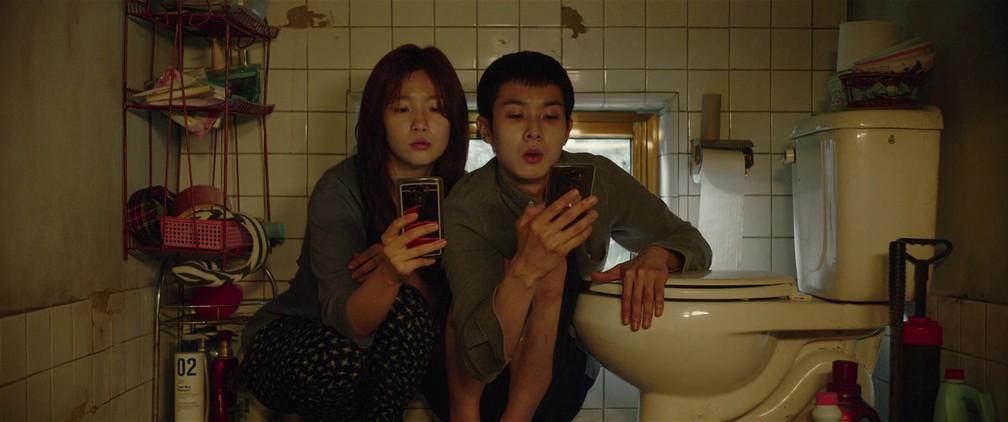 Park So-dam e Choi Woo-sik em cena de 'Parasita' — Foto: Divulgação