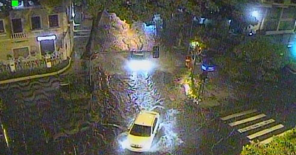 Avenida Epitácio Pessoa tem acúmulo de água na altura da Rua Vinicius de Moraes  — Foto: Reprodução/ Centro de Operações