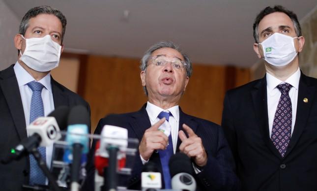 O ministro Paulo Guedes entre os presidentes da Câmara, Arthur Lira, e do Senado, Rodrigo Pacheco