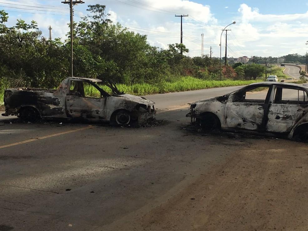Veículos queimados na estrada que dá acesso a Simões Filho (Foto: Anna Valéria/TV Bahia)