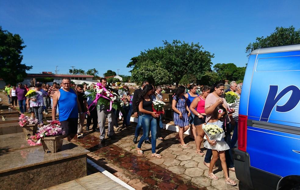 Revolta marca enterro da mulher que pesava mais de 300 kg (Foto: Sérgio Pais/G1)