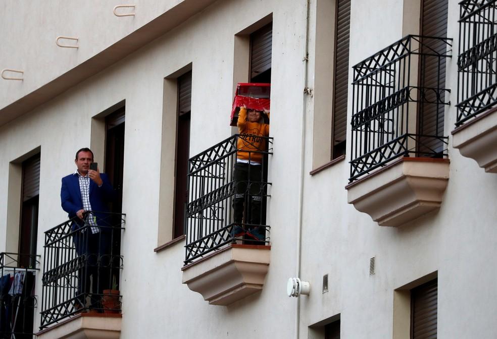 Moradores confinados da cidade de Ronda, na Espanha, no dia 5 de abril de 2020 — Foto: Jon Nazca/Reuters