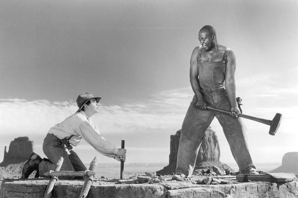 Roger Aaron Brown como John Henry em Os Super Heróis do Oeste (Foto: Divulgação)