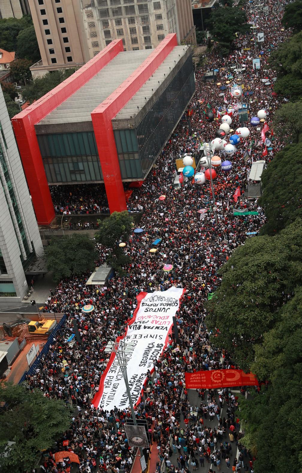 Manifestação na Avenida Paulista contra contigenciamento de verbas para a educação — Foto: Amanda Perobelli/Reuters