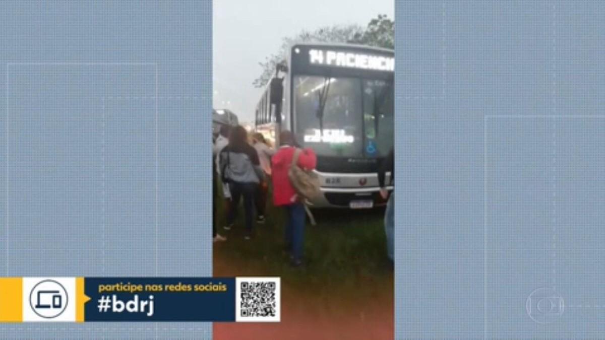 VÍDEO: passageiros do BRT saem na chuva para desatolar ônibus
