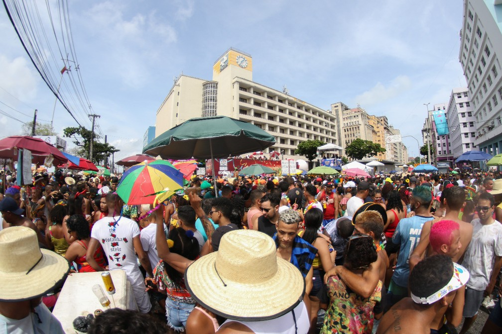 Na esquina da Avenida Guararapes, público se aperta para curtir desfile do Galo da Madrugada — Foto: Marlon Costa/Pernambuco Press