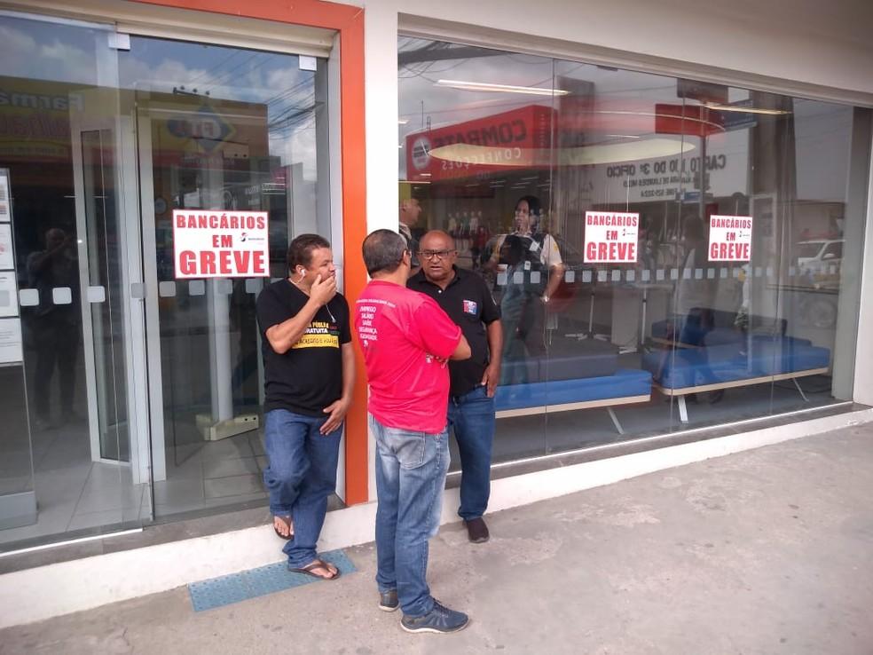 ARAPIRACA, 9h30: Algumas agências bancárias aderiram à mobilização — Foto: Janisson Ubelino/TV Gazeta