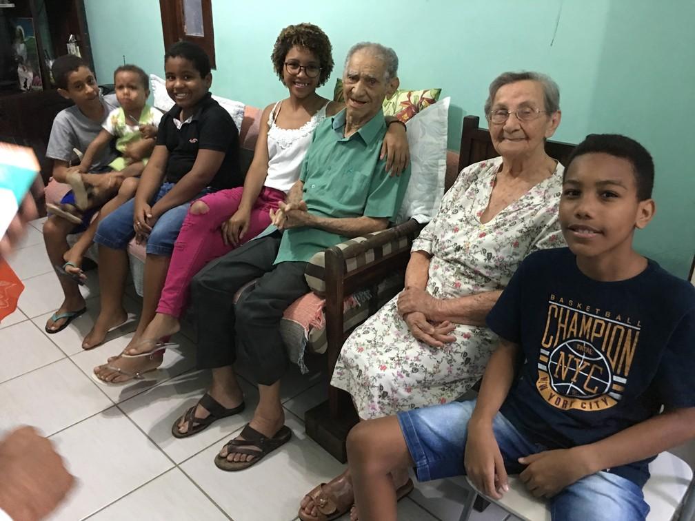 Casal de idosos com parte dos bisnetos — Foto: Alan Tiago Alves/G1