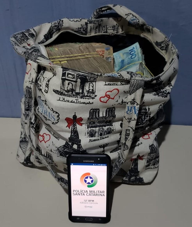 Dinheiro estava em uma sacola — Foto: PM/Divulgação