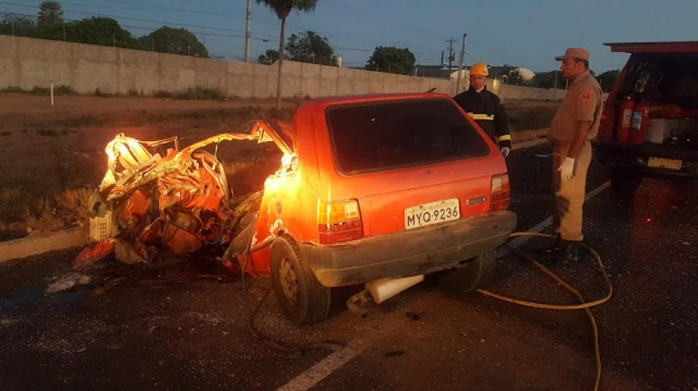 Segundo PRF, carro invadiu pista contrária na BR-304 e bateu com caminhão (Foto: José Nilson/Passando na Hora)