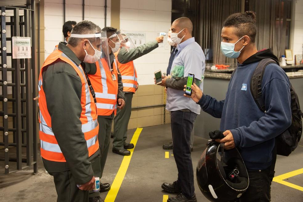 Funcionários apresentam autodeclaração de saúde e têm temperatura medida na fábrica da GM — Foto: Divulgação/General Motors
