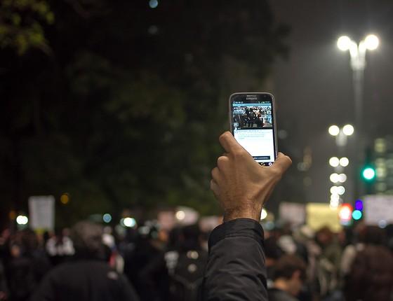 Integrantes do Mídia Ninja usaram celulares e até carrinhos de supermercado para agilizar a cobertura dos protestos (Foto: MÍDIA NINJA)