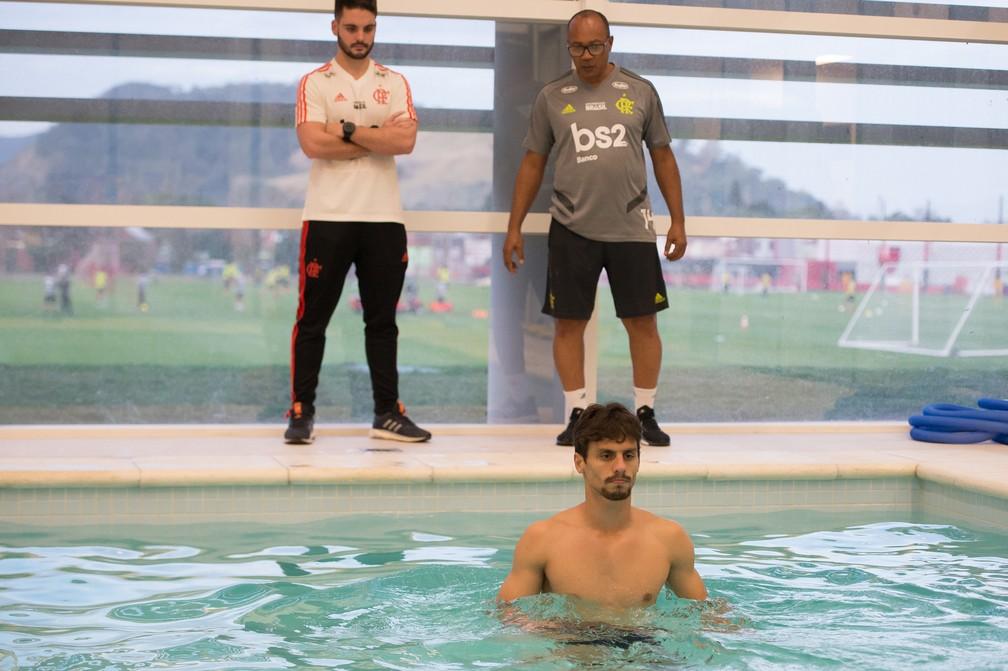 Rodrigo Caio, zagueiro do Flamengo, faz trabalho de recuperação na piscina do Ninho — Foto: Alexandre Vidal/Flamengo