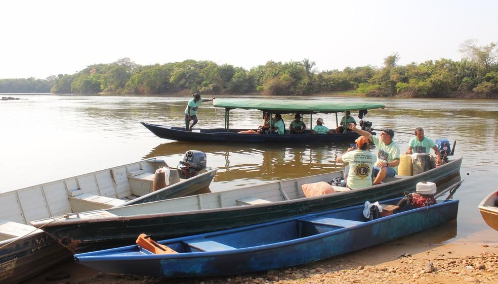 Membros da Colônia de pescadores também ajudam na limpeza (Foto: Gedeon Miranda/ G1)