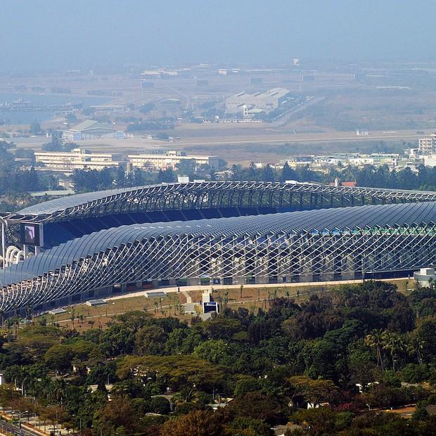 Estádio Nacional Kaohsiung, em Taiwan, abastece com energia sua própria operação e ainda a leva aos edifícios no seu entorno (Foto: Wikicommons/Peellden)