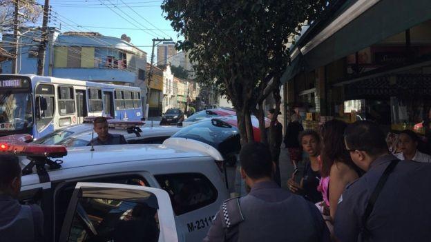 Repórter foi levado para delegacia para ser ouvido após filmar fotografar de mulher por desacato (Foto: LEANDRO MACHADO/ BBC NEWS BRASIL)