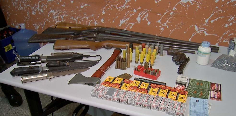 Armas foram apreendidas com pai e filho — Foto: TVCA/Reprodução