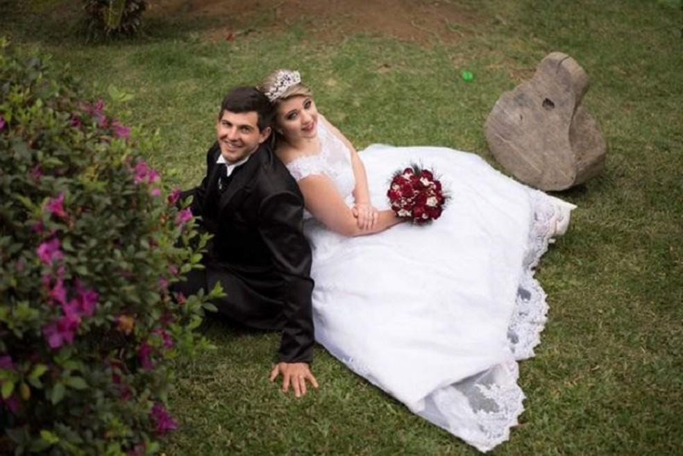 Thayla e o marido Alexandre Fim no dia do casamento  — Foto: Reprodução/Rede social