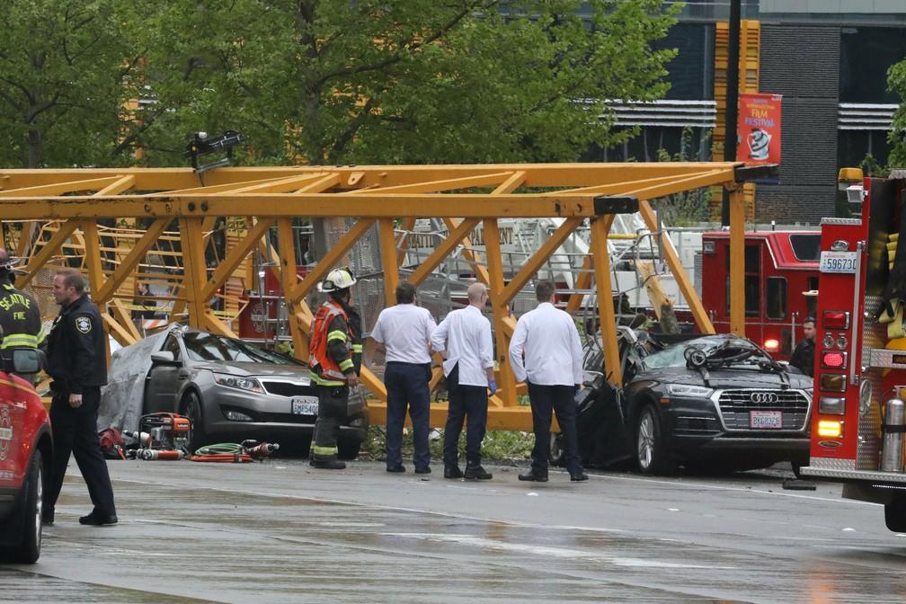 27 de abril - Pessoas observam carros destruídos por queda de guindaste em Seattle. Quatro pessoas morreram — Foto: Alan Berner/The Seattle Times via AP