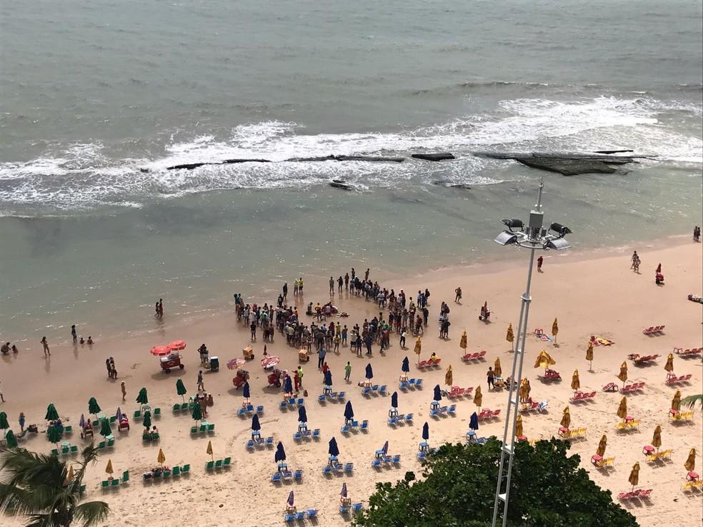 Homem de 47 anos foi atendido na areia após afogamento, nesta quinta-feira (18), mas morreu em Boa Viagem, na Zona Sul do Recife (Foto: Reprodução/TV Globo)