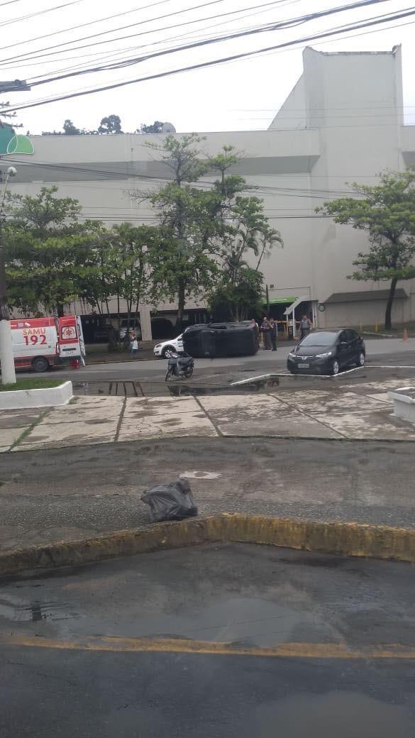 Motorista fica ferido após capotar carro em Guarujá - Notícias - Plantão Diário