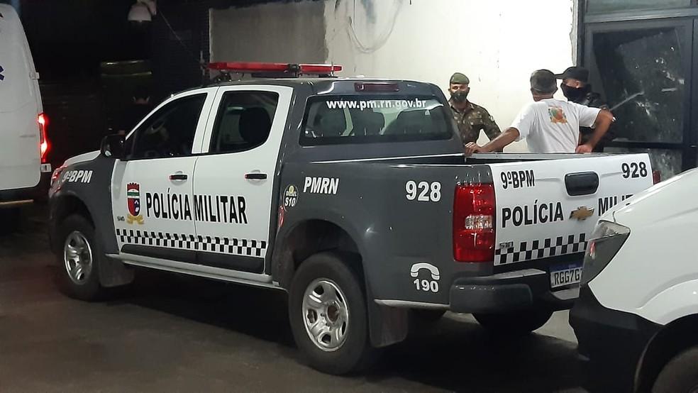 Soldado do Exército baleado durante tentativa de assalto em Natal foi socorrido ao hospital em viatura da PM — Foto: Sérgio Henrique Santos/Inter TV Cabugi