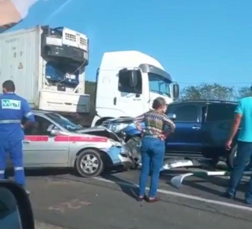 Acidente entre caminhão, ônibus e dois carros deixa BR-304 interditada na Grande Natal