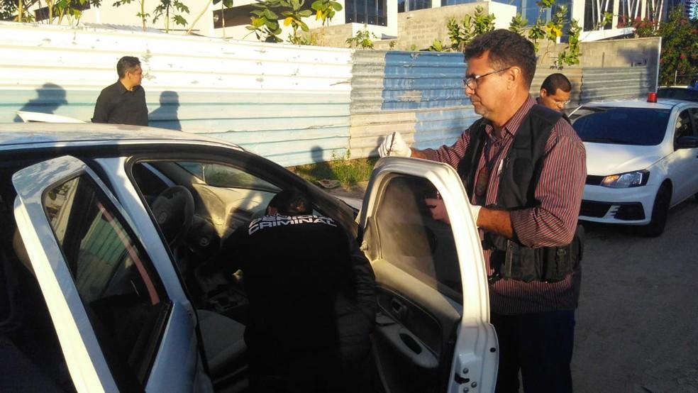 Carro da paróquia foi abandonado e periciado pela polícia (Foto: Roberto Araújo/G1 PI)