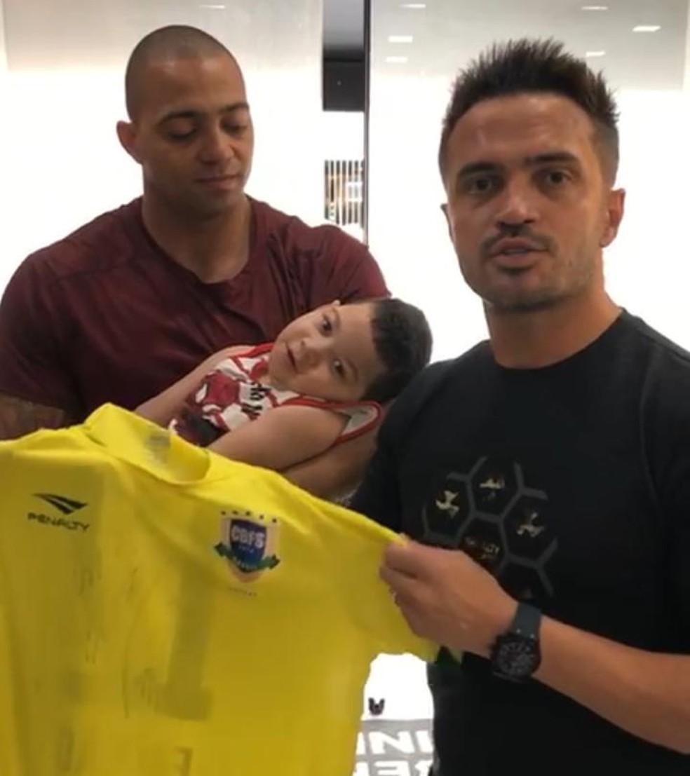 Falcão também doou uma camisa para ajudar Enzo — Foto: Arquivo pessoal